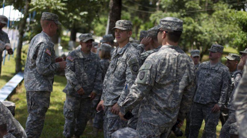 Soldados del Comando Sur de los Estados Unidos permanecen en la sede del Comando Regional de Entrenamiento de Operaciones de Mantenimiento de Paz (Creonpaz), ubicado en la ciudad de Cobán (Guatemala). EFE/Archivo