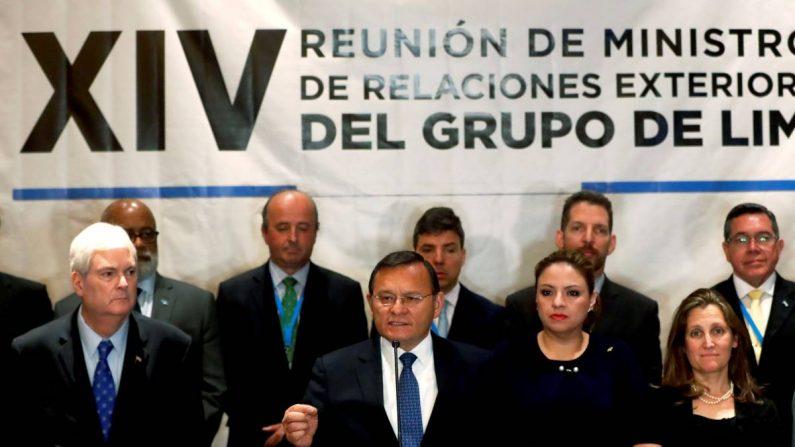 La ministra de Exteriores de Guatemala, Sandra Jovel (c), ofrece declaraciones junto a sus homólogos de Perú, Néstor Popolizo (i), y de Canadá, Chrystia Freeland (d), durante una rueda de prensa al final de la reunión de cancilleres del Grupo de Lima este jueves, en Ciudad de Guatemala (Guatemala). EFE