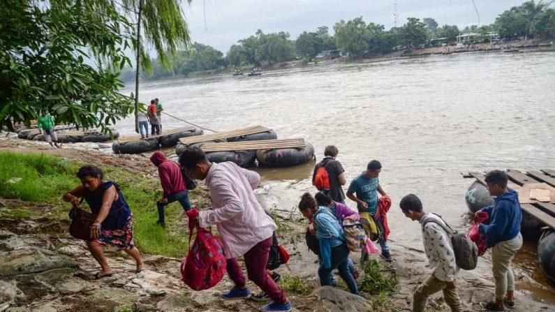 Migrantes cruzan el río Suchiate, que delimita la frontera de Guatemala y México, en el estado de Chiapas (México), para internarse ilegalmente a este país y continuar su camino hacia Estados Unidos, el 11 de junio de 2019. EFE