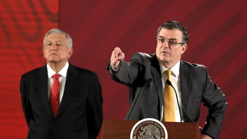 El secretario de Relaciones Exteriores de México, Marcelo Ebrard (d), habla junto al presidente de México, Andrés Manuel López Obrador (i), durante una rueda de prensa en el Palacio Nacional, en Ciudad de México (México), el 12 de junio de 2019. EFE