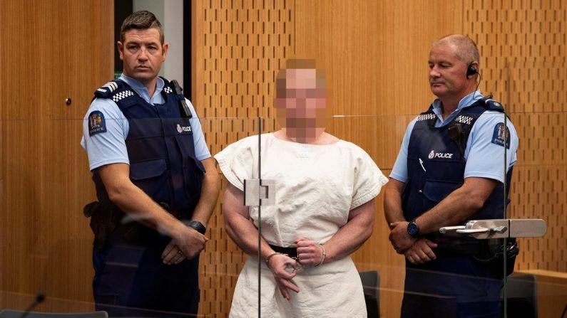 Brenton Tarrant (c), el autor del ataque contra dos mezquitas en Nueva Zelanda, mientras hace un gesto a la cámara durante su comparecencia ante el Tribunal de Distrito de Christchurch (Nueva Zelanda). EFE/Archivo