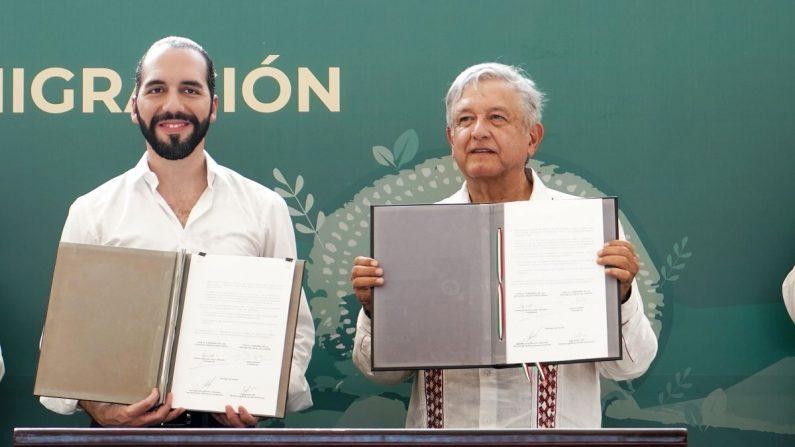 El presidente de México, Andrés Manuel López Obrador (d), y su homólogo de El Salvador, Nayib Bukele (i), participan este jueves, en la presentación del programa ¨Sembrando Vida¨, Plan de Desarrollo para Migración, en la ciudad de Tapachula (México). EFE