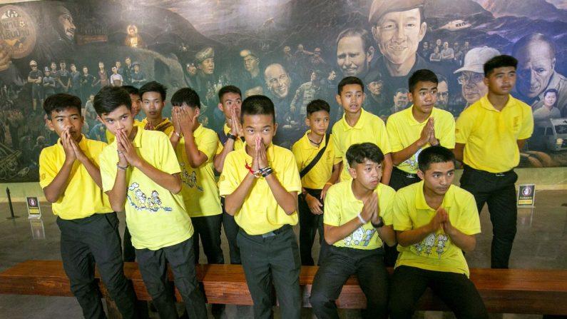 Niños del equipo de fútbol Los Jabalíes Salvajes posan durante una rueda de prensa con motivo de la conmemoración del primer aniversario tras quedarse atrapados en una cueva hace un año en Mae Sai (Tailandia). EFE