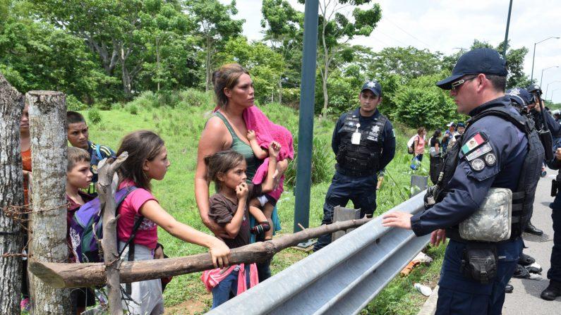 Los agentes denunciaron reiteradamente las condiciones en las que fueron alojados para cumplir sus labores ante la crisis migratoria en la frontera sur de México, y pidieron mejoras. EFE/Archivo