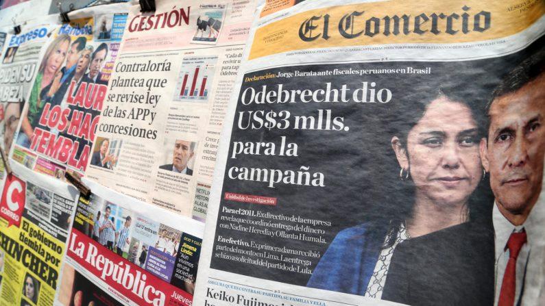 Fotografía de periódicos locales en un kiosco con información relacionada al caso de corrupción de Odebrecht, el jueves 23 de febrero de 2017, en Lima (Perú). EFE/Archivo