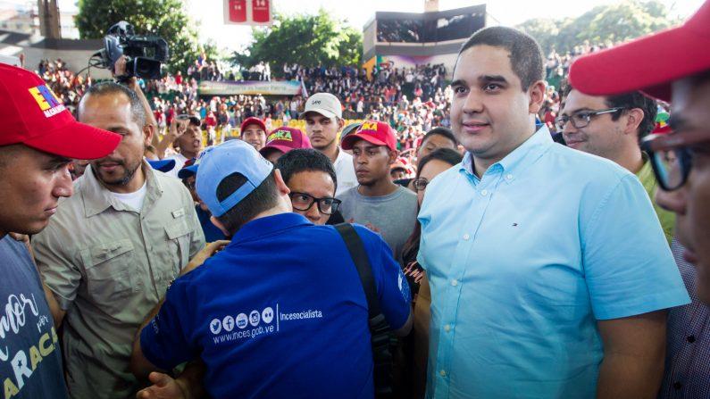 Nicolás Ernesto Maduro Guerra (d), saluda a seguidores durante un acto de gobierno, el miércoles 6 de diciembre de 2017, en Caracas (Venezuela). EFE/Archivo