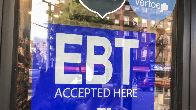 Una tienda anuncia que acepta tarjetas electrónicas de transferencia de beneficios en la ciudad de Nueva York el 6 de junio de 2019. (Charlotte Cuthbertson/La Gran Época)
