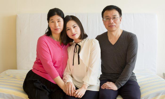 Wang Huijuan, Li Fuyao y Li Zhenjun en su casa de Queens, Nueva York, el 8 de enero de 2017. La familia escapó de China en 2014 y se le concedió asilo después de soportar años de tortura por practicar Falun Dafa. (Samira Bouaou/La Gran Época)