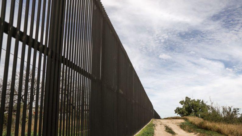 Una cerca ubicada al norte del Río Grande, frontera internacional entre los Estados Unidos y México, en Eagle Pass, Texas, el 7 de febrero de 2019. (Charlotte Cuthbertson/La Gran Época)