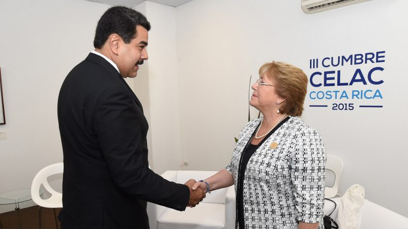 Reunión bilateral entre los presidentes de Venezuela y Chile, Nicolás Maduro y Michele Bachelet, durante la III Cumbre de la CELAC el 29 enero de 2015 en Costa Rica. (Wikimedia)