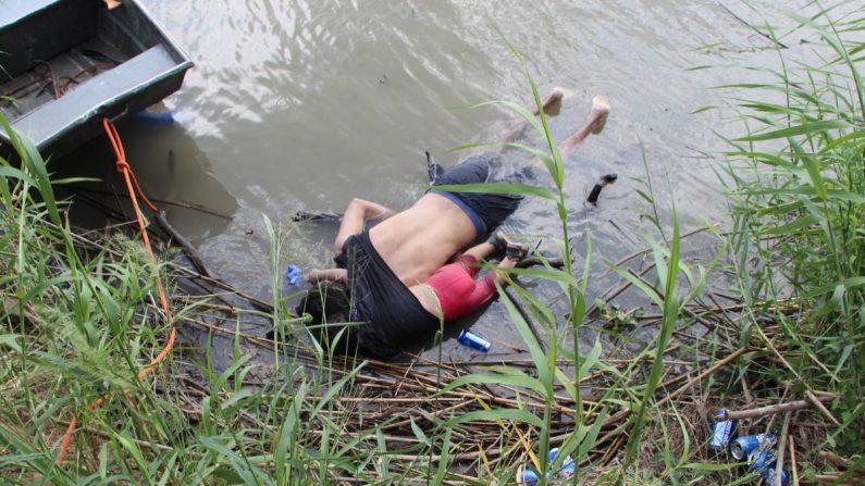 Cuerpos sin vida de un migrante y su bebé a una orilla del Río Bravo en Matamoros, frontera con EE.UU., en el estado de Tamaulipas (México). EFE/ Abraham Pineda-Jácome