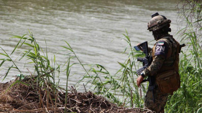 Un miembro de la Policía mexicana patrulla la zona donde fueron hallados los cuerpos sin vida de un  migrante y su bebé a una orilla del Río Bravo en Matamoros, frontera con EE.UU., en el estado de Tamaulipas (México). EFE/ Abraham Pineda-Jácome