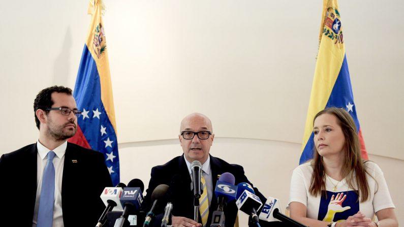 El icónico preso del chavismo Iván Simonovis (c) habla junto a su esposa, Bony De Simonovis (d), y el opositor Francisco Márquez (i) durante una conferencia de prensa en Washington (EE.UU.). EFE/ Lenin Nolly.