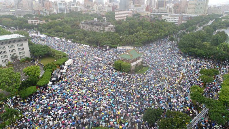 Decenas de miles de taiwaneses se unieron contra la manifestación de medios de comunicación taiwanesa pro-Beijing en Ketagalan Boulevard, frente al edificio de la oficina presidencial en Taipei, Taiwán, el 23 de junio de 2019. El tema de la manifestación es rechazar a los medios de comunicación rojos (infiltrados por el PCCh) y salvaguardar la democracia de la nación. (La Gran Época)