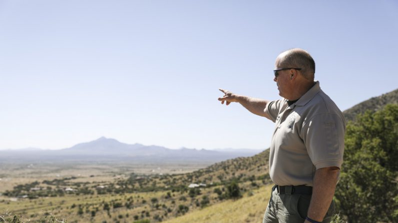 El sheriff del Condado de Cochise, Mark Dannels, señala la frontera entre EE. UU. y México en Sierra Vista, Arizona, el 5 de mayo de 2019. (Charlotte Cuthbertson/The Epoch Times)