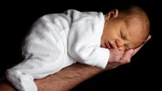 Los médicos dijeron que abortaran a su bebé con el cerebro fuera del cráneo, pero sobrevivió