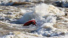 El kayakista Bennet Smith muestra un salto mortal para caer bien en los diques