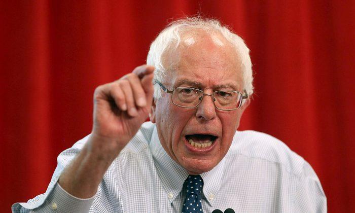 El senador estadounidense Bernie Sanders habla durante un acto de campaña en Oakland, California, el 10 de agosto de 2015. (Justin Sullivan/Getty Images)