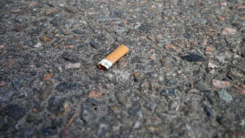 Imagen ilustrativa de una colilla de cigarrillo tirada en el pavimento. (Wikimedia commons)