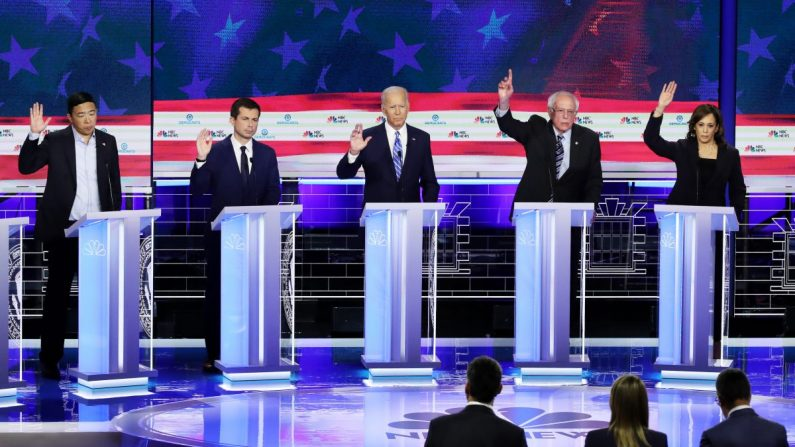 Candidatos presidenciales demócratas (Izquierda a Derecha) Andrew Yang, Pete Buttigieg, Joe Biden, el senador Bernie Sanders y Kamala Harris, durante la segunda noche del primer debate presidencial demócrata en Miami, Florida, el 27 de junio de 2019. (Drew Angerer/Getty Imágenes)