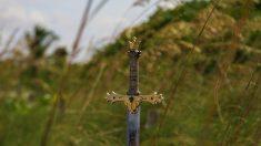 Hallan rara espada previkinga de 3000 años de antigüedad. ¡Increíblemente aún conserva su filo!