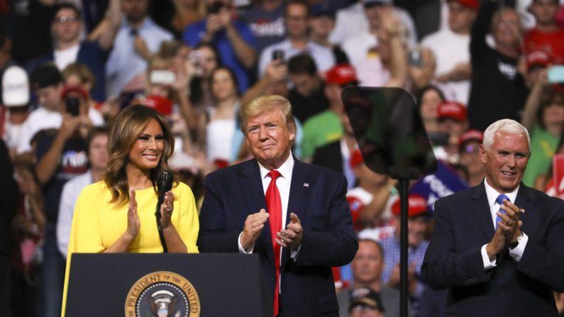 La primera dama Melania Trump, el presidente Donald Trump y el vicepresidente Mike Pence en el evento de la reelección de Trump para el 2020 en Orlando, Florida, el 18 de junio de 2019. (Charlotte Cuthbertson/La Gran Época)