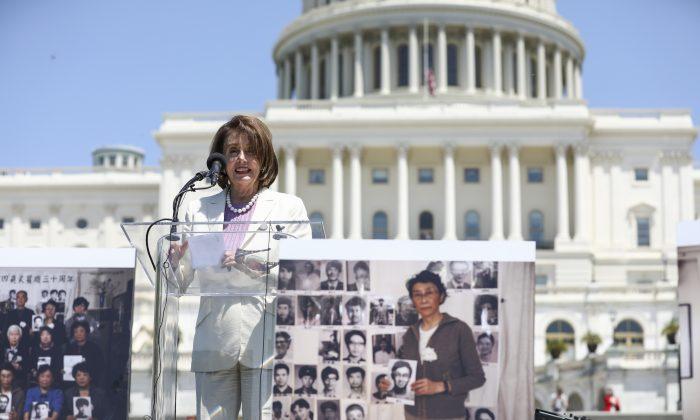 La presidente de la Cámara de Representantes, Nancy Pelosi (demócrata por California), habla en un acto para conmemorar el 30º aniversario de la masacre de la Plaza de Tiananmen, en el jardín oeste del Capitolio, el 4 de junio de 2019. (Samira Bouaou/La Gran Época)