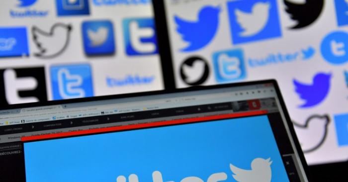 Los logotipos de Twitter se muestran en las pantallas el 20 de noviembre de 2017. (Loic Venance/Getty Images)