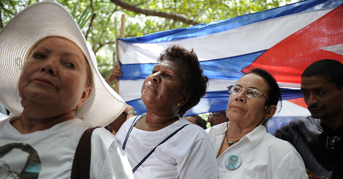 Miembros del grupo opositor Damas de Blanco durante una marcha el 25 de abril de 2010 en un parque de la Quinta Avenida de La Habana. Foto de leer ADALBERTO ROQUE/AFP/Getty Images.