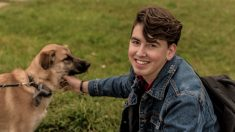 Mochilero argentino camina 1200 km para no dejar 2 perros callejeros que adoptó durante su viaje