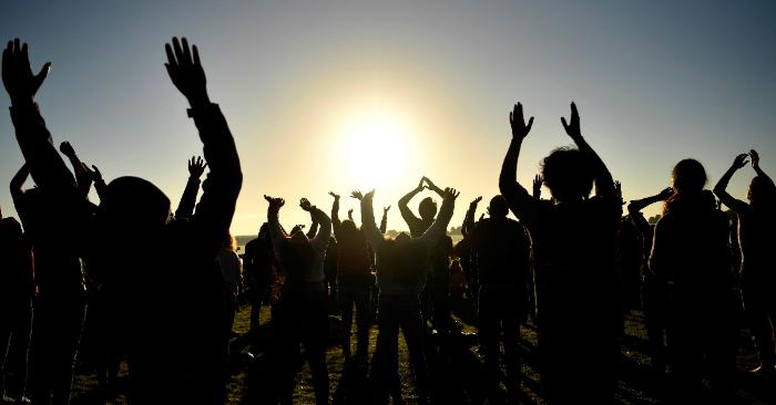 Varios personas participan en las celebraciones por el solsticio de verano en Stonehenge, en Wiltshire (Reino Unido), este viernes. EFE/Neil Hall