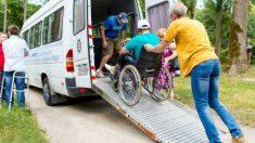 Se estaciona ilegalmente en un lugar para discapacitados, pero recibe un poco de su propia medicina