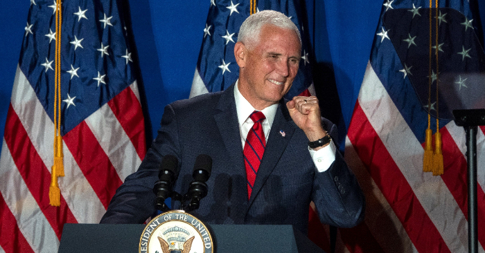 """El vicepresidente de EE. UU., Mike Pence, ofrece un discurso durante el lanzamiento de la coalición """"Latinos for Trump"""" (lit. Latinos por Trump""""), este martes en Miami, Florida (Estados Unidos). EFE/Cristóbal Herrera."""
