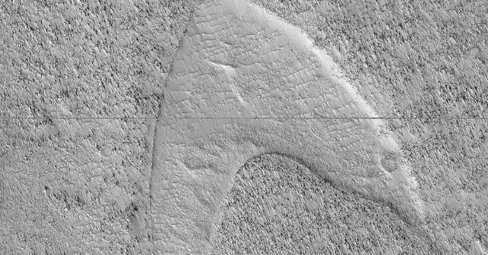 La NASA compartió una foto de la superficie marciana en la que capturó una duna parecida al logo de la Flota Estelar de Star Trek. Foto NASA/JPL/University of Arizona, de dominio público.