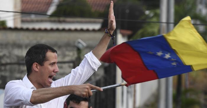 El presidente encargado de Venezuela Juan Guaidó, canta el himno nacional durante un acto en Barinas, Estado Barinas, Venezuela, el 1 de junio de 2019. (YURI CORTEZ/AFP/Getty Images)