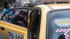 Madre regaña y devuelve maletas que su hijo taxista robó a un chino en Colombia