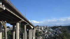 Mujer intenta lanzarse con dos niños desde puente El Incienso en Guatemala