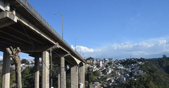 El puente 'El Incienso' tiene 390 metros de longitud, 25 de ancho, y una altura máxima de 135 metros, siendo uno de los puentes más grandes del istmo. Wikipedia.
