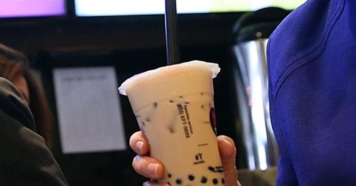 Foto de archivo de una mujer sosteniendo una taza de té con leche, también llamado té de burbujas. (Justin Sullivan/Getty Images)
