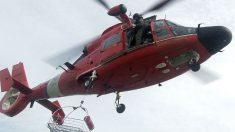 Filman rescate en helicóptero de una mujer herida que gira fuera de control con su camilla