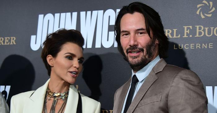 """La actriz Winona Ryder (I) y el actor Keanu Reeves asisten a una sesión de fotos para la """"Boda de mi ex"""" el 18 de agosto de 2018, en Los Ángeles, California. (Foto de Kevin Winter/Getty Images)"""