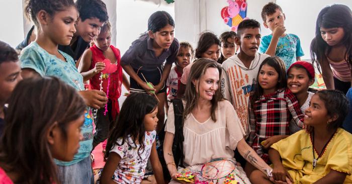 Angelina Jolie, se reúne con niños y niñas que huyeron de Venezuela, en el Centro de Asistencia Integrada el 8 de junio de 2019 en Maicao, Colombia. Foto de Andrew McConnell/ACNUR a través de Getty Images.