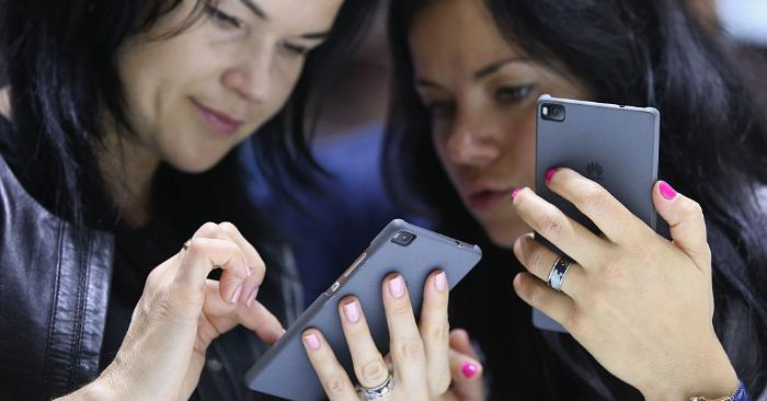 Facebook suspende la preinstalación de sus aplicaciones en móviles Huawei. Foto de Sean Gallup/Getty Images.