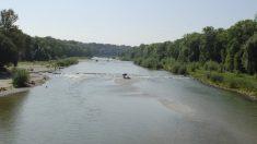 """Llaman a la policía por un """"cadáver"""" en un río pero era un borracho durmiendo (video)"""
