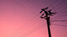 Un hombre se electrocuta intentando robar electricidad, y hallan su cráneo en la puerta de una casa