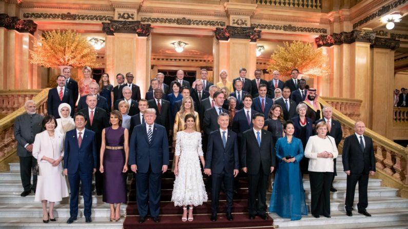Los líderes mundiales posan para una foto grupal en el Teatro Colón durante la Cumbre del G-20 en Buenos Aires, Argentina, el 30 de noviembre de 2018. (Guido Bergmann/Bundesregierug a través de Getty Images)