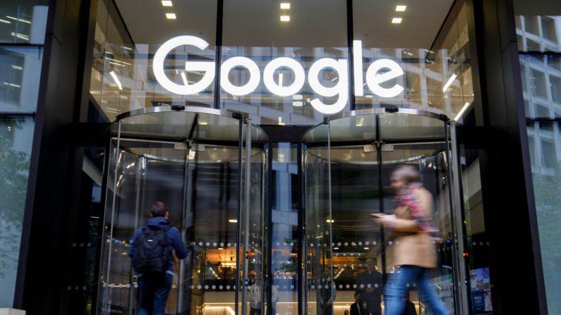 La gente pasa frente a la sede de Google en el Reino Unido en Londres el 1 de noviembre de 2018. (Tolga Akmen/AFP/Getty Images)