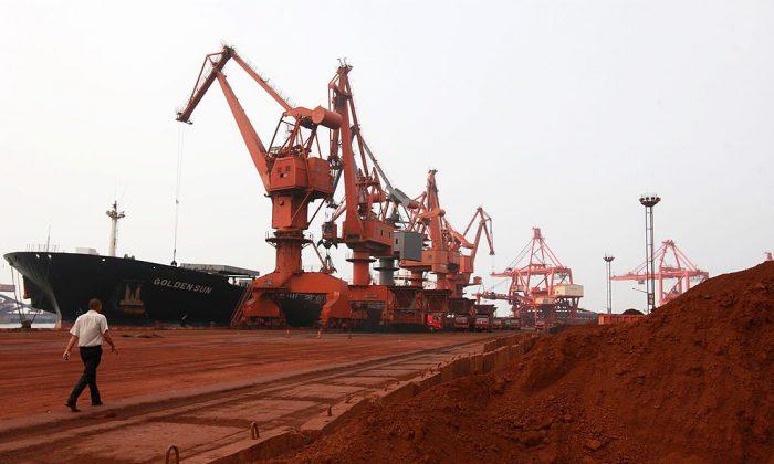 Una excavadora recoge tierra que contiene varias tierras raras para ser cargada en un barco en un puerto de Lianyungang, China, el 5 de septiembre de 2010. (STR/AFP/Getty Imágenes)