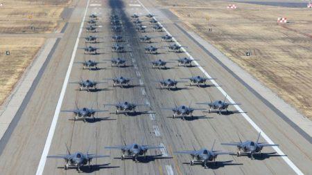 EE.UU. inicia ejercicios de simulación para entrenar a pilotos en combate aéreo contra el caza J-20 de China