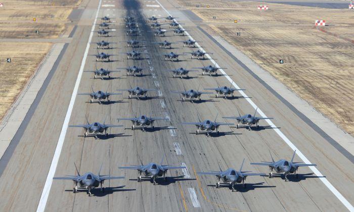 36 F-35A en la pista preparándose para el despegue en la Base Hill de la Fuerza Aérea, Utah, el 19 de noviembre de 2018  (George Frey/Getty Images)